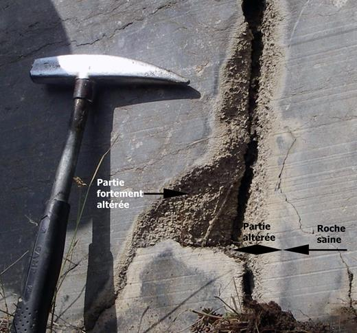 """(à gauche). Fracture fantômisée. L'aspect granuleux des surfaces altérées provient de la mise en relief des entroques, constituant essentiel de ce """"Petit-Granit"""". Les plages plus claires de la roche expriment le gradient d'altération."""