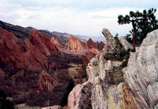 Lyons Formation sandstones (foreground) and Fountain Formation in Roxborough State Park. Photo: Montano336, Wikipedia Commons.